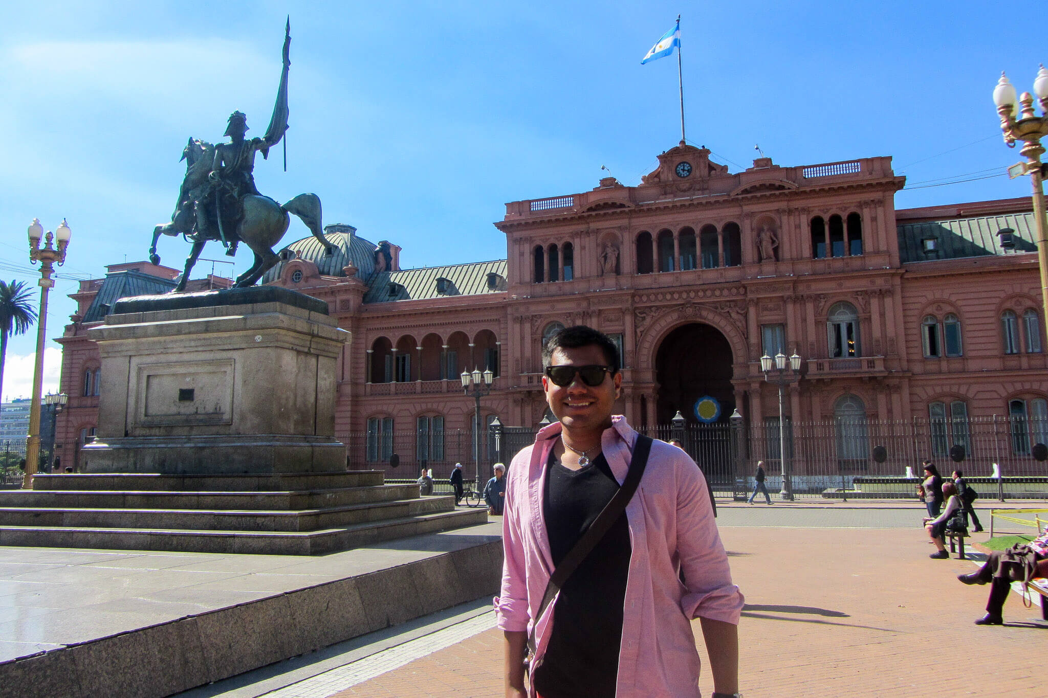 Man of Wonders in front of the Casa Rosada